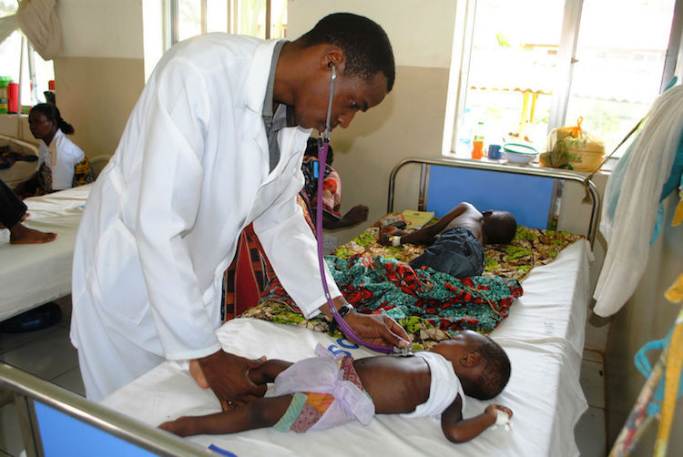Photo: Dr. Alex Magufwa examines a child suffering from severe malaria at Bahi hospital in Dodoma. Cedit: Kizito Makoye Shigela | IDN-INPS