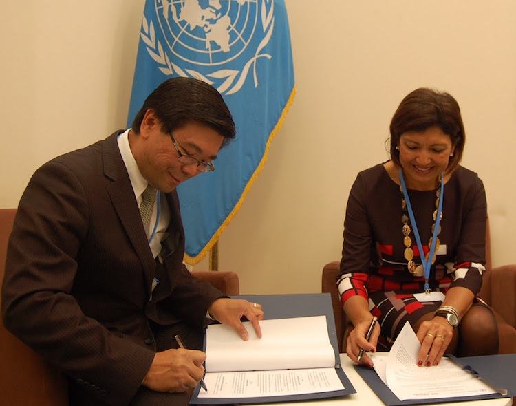 Photo: Vicente Paolo Yu (left), Deputy Executive Director of the South Centre, and Maria Helena Semedo (right), FAO Deputy Director-General for Natural Resources, during the ceremony of signature of the Memorandum of Understanding. Credit: FAO | South Centre
